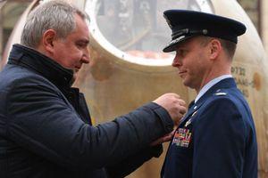 Phi hành gia Mỹ tự hào đeo Huân chương Dũng cảm của Nga