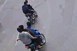 Bắt 5 thanh niên cầm dao diễu hành trên phố