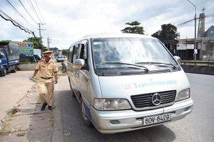 Lái xe chở học sinh rơi xuống đường sử dụng bằng giả