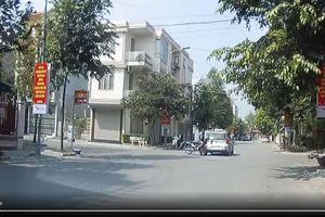 Sang đường với tốc độ 'thần sầu', xe máy tan nát vì đâm thẳng vào taxi