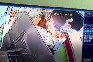 CLIP Đối tượng dùng búa hung hãn tấn công chủ, cướp tiệm vàng
