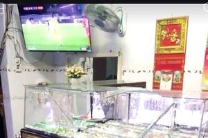 Vợ chồng chủ tiệm vàng bị tên cướp dùng búa tấn công khi đang xem U22 Việt Nam hạ Singapore
