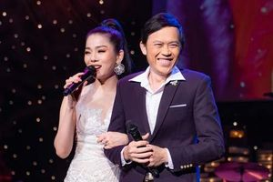 Nghệ sĩ Hoài Linh mặc vest chỉn chu, song ca cực ngọt với Lệ Quyên tại Mỹ trong Q Show 2