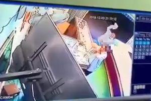 Clip: Tên cướp dùng búa đánh gục chủ tiệm vàng ở Bình Định