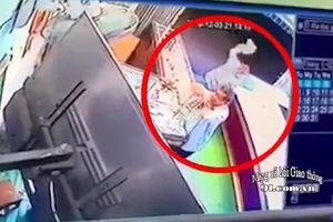 Clip: Khoảnh khắc chủ tiệm vàng bị tấn công khi xem trận bóng đá giữa Việt Nam và Singapore