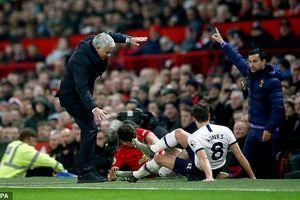 HLV Mourinho suýt gãy chân khi va chạm với cầu thủ Man Utd