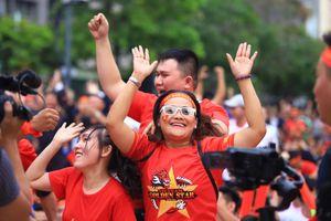 Cảm xúc CĐV ở phố Nguyễn Huệ khi U22 VN san bằng tỷ số với Thái Lan