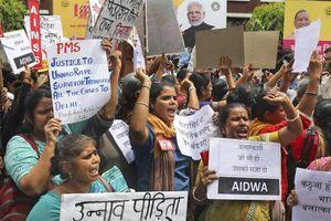 Nạn nhân hiếp dâm bị thiêu sống trên đường đến tòa ở Ấn Độ