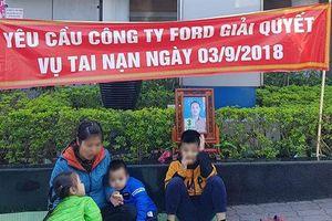Người phụ nữ và 3 con nhỏ đến 'bắt đền' Ford Thanh Xuân
