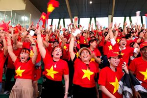 Cổ động viên Việt Nam vỡ òa trên sân Binan
