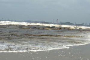 Quảng Ngãi: Bãi biển cạnh KCN Dung Quất bị 'nhuộm' màu nâu đen