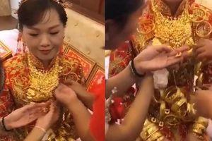 Clip cô dâu đeo nhiều vàng chưa từng thấy, vợ lấy nước rửa chân cho chồng say uống