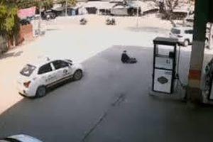 Pha lái xe cẩu thả của tài xế taxi khiến cụ bà bán hàng rong gặp nạn