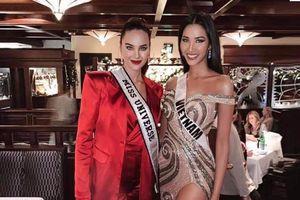 Diện váy xẻ, Hoàng Thùy khiến fan sướng điên người khi lấn át cả đương kim Miss Universe Catriona Gray