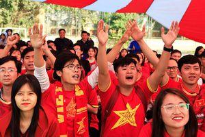 Người hâm mộ từ quê nhà 'tiếp lửa' cho U22 Việt Nam qua màn hình