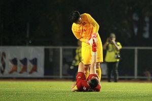Nhiều tuyển thủ nữ Việt Nam nằm sân vì kiệt sức sau trận Philippines