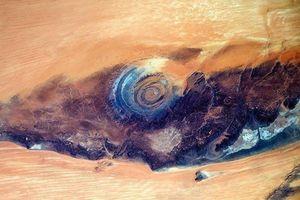Mắt xanh bí ẩn trên sa mạc lớn nhất thế giới