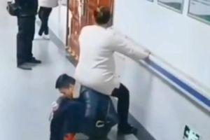 Chồng làm ghế cho vợ mang thai ngồi nghỉ