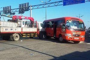 Xe tải cẩu tông xe khách, nhiều người bị thương tại TP HCM
