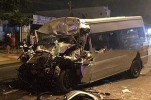 Tông xe đầu kéo, ôtô 16 chỗ nát đầu, tài xế thiệt mạng