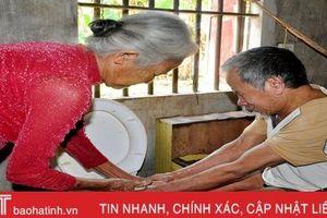 Cụ già 70 tuổi ở Hà Tĩnh tình nguyện chăm sóc người hàng xóm nằm liệt giường