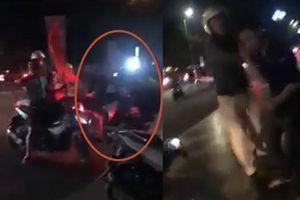 Đi bão mừng Việt Nam loại Thái Lan, quái xế chở bạn gái bốc đầu văng xe trước mặt CSGT
