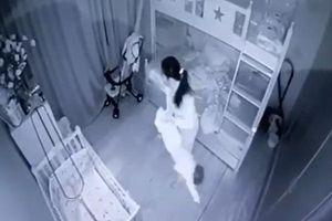 Mẹ chết lặng khi xem clip con gái mới 13 tháng tuổi bị người giúp việc bạo hành