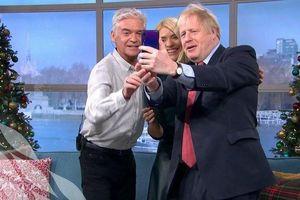 Định cấm Huawei, Thủ tướng Anh vẫn dùng điện thoại hãng này để selfie