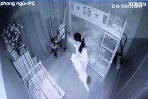 Phẫn nộ clip giúp việc xách ngược chân bé gái 13 tháng tuổi, quăng đi quăng lại như món đồ