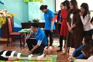 Bác sĩ bệnh viện Nhi Trung ương hướng dẫn kỹ năng ứng phó tai nạn thương tích cho giáo viên Hà Nội