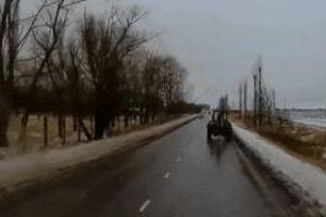 Xe máy kéo khi đang chạy thì văng bánh trúng ôtô trên đường