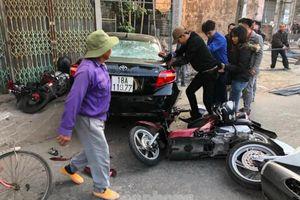 Nhầm phanh thành ga, ô tô 'điên' đâm loạt xe gắn máy