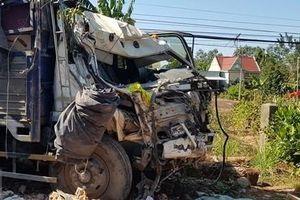 Xe tải mất lái tông sập nhà dân ven Quốc lộ 14