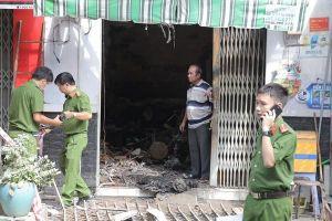 Bất lực nhìn tường lửa bao trùm, mẹ ôm con chết trong căn nhà cháy