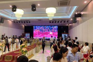 Cưới trùng với ngày Việt Nam đá bóng, hôn trường thành 'tụ điểm xem bóng đá' cực hài