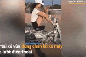 Clip: 'Hết vía' nhìn hotgirl dùng đôi chân xăm trổ để lái xe, tay lướt điện thoại