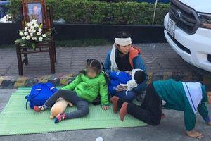 Người phụ nữ mang di ảnh chồng đến 'bắt đền' Ford Thanh Xuân