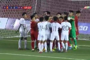 Bị cầu thủ U22 Campuchia đánh sấp mặt, Thành Chung vẫn phải nhận thẻ vàng