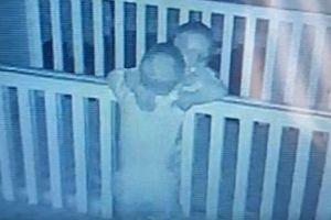Dù cả ngày 'cà khịa' lẫn nhau, nhưng trước khi đi ngủ, cặp song sinh lại gây cho mẹ bất ngờ vì hành động này