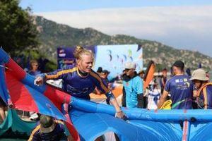 Biển Ninh Chữ sôi động chưa từng có trong 'đại tiệc' lướt ván diều