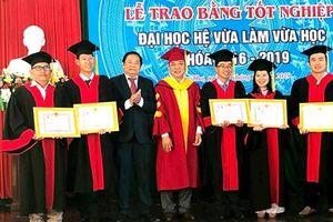 Trao bằng tốt nghiệp cho 81 tân cử nhân ngành Luật, Ngôn ngữ Anh