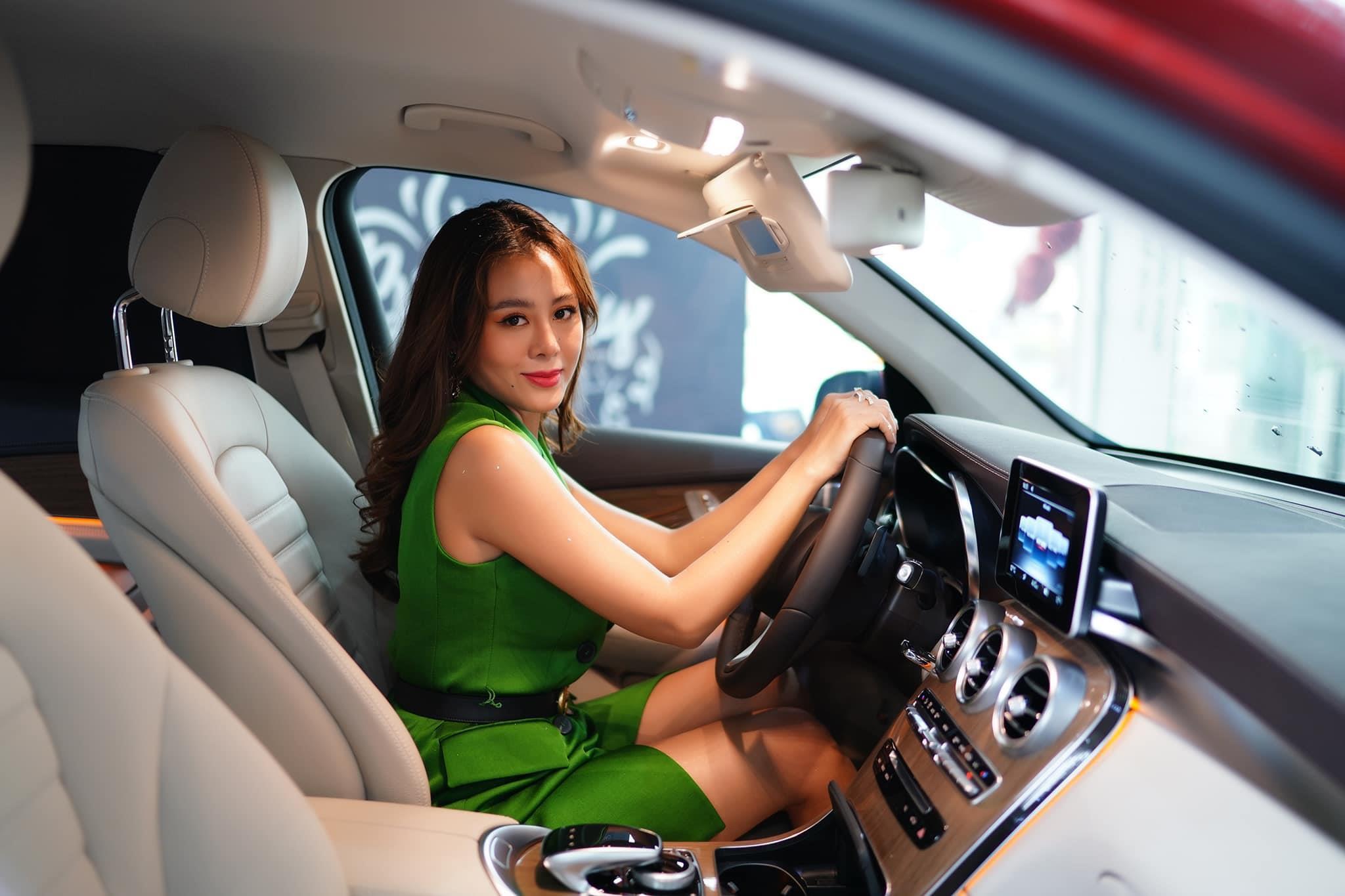 Nam Thư mua xe hơn 2 tỷ đồng mừng tuổi 32