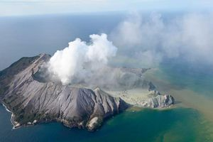 Khói ngút trời trên đảo nơi núi lửa phun trào ở New Zealand