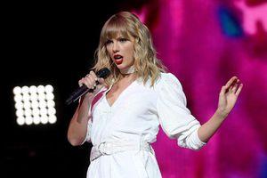 Taylor Swift phô dáng đẹp với jumpsuit sành điệu ở sân khấu