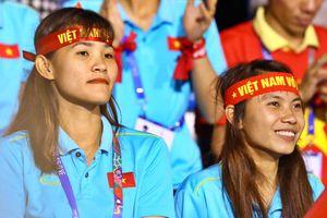 Tuyển nữ đến cổ vũ U22 Việt Nam gặp Indonesia ở chung kết