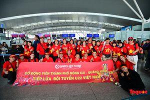 Hàng ngàn CĐV nhuộm đỏ sân bay quốc tế Nội Bài sang Philippines tiếp lửa U22 Việt Nam