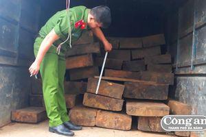 Chặn bắt 3 ô-tô vận chuyển 60 phách gỗ lậu trong đêm