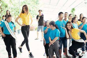 Hoa hậu Khánh Vân vui vẻ dạy trẻ em catwalk trong chuyến từ thiện