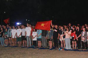 Từ ký túc xá, hàng trăm sinh viên chào cờ cộng hưởng cùng đội tuyển U22 Việt Nam