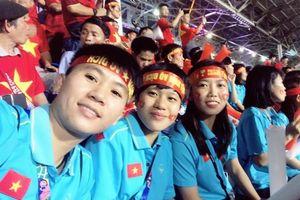 Tuyển nữ Việt Nam đến sân cổ vũ thầy trò HLV Park Hang Seo giành HCV SEA Games 30